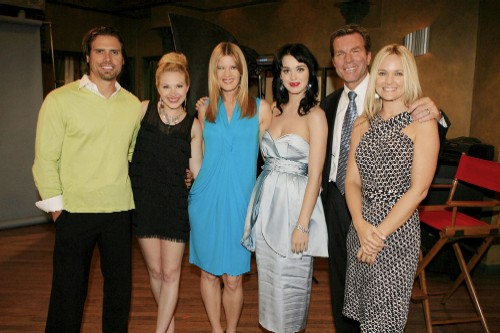katy-perry-with-cast1.jpg