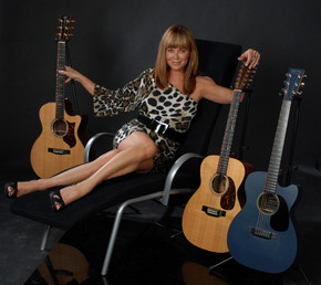 DSC_1836_-_Lynne_Taylor_Donovan_-_3_guitars_lounge_chair-675x622_phixr