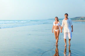 Honeymoon-Couple-on-a-beach-of-Goa_phixr